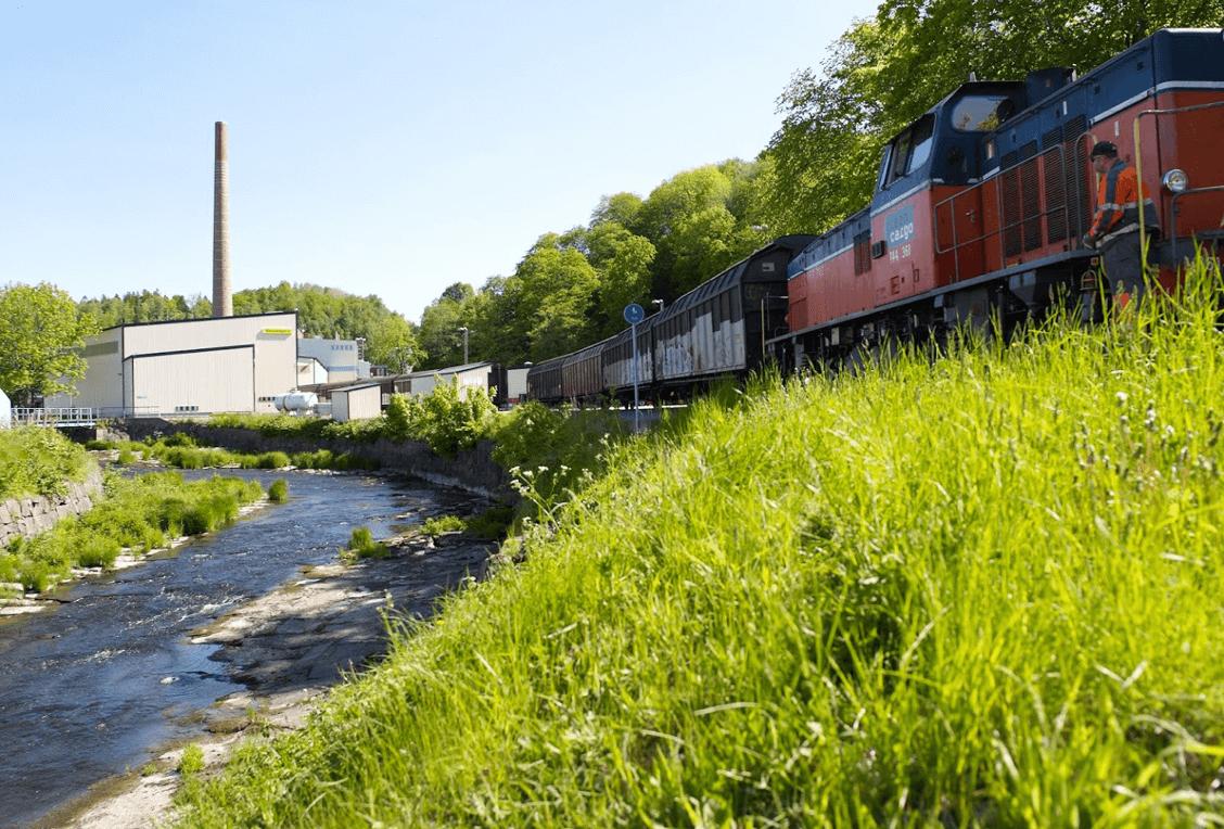 fabriek naast de rivier in zweden